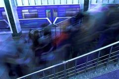 Desmonte a la gente en el metro de Moscú Fotos de archivo