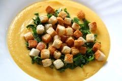 Desnate a sopa com fritos de pão Foto de Stock Royalty Free