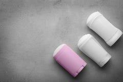 Desodorantes sólidos para las mujeres en fondo imagenes de archivo