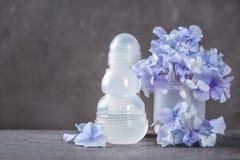 Desodorierende Mittel für Frauen und Blumen Lizenzfreie Stockfotografie