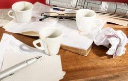 Desorden en la tabla de trabajo Foto de archivo