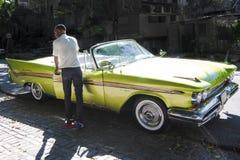 DeSoto的有礼貌的司机1959年-克莱斯勒-美国经典汽车,古巴 免版税库存图片