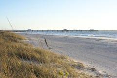 堡垒Desoto海湾渔码头和海滩 免版税库存图片