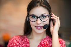 Despachador de sexo femenino joven del soporte técnico que trabaja en la oficina, primer imagen de archivo