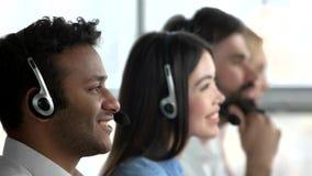 Despachadores indios y asiáticos que trabajan en oficina