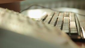Despache a mulher que texting no portátil lentamente, enviando o email do cliente, nova tecnologia filme