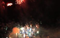 Despe?a a mostra Fundo da noite Fogos-de-artif?cio Fundo bonito firework Celebração do Natal e do ano novo no brilhante fotos de stock royalty free