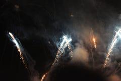 Despe?a a mostra Fundo da noite Fogos-de-artif?cio Fundo bonito firework Feriado do Natal e ano novo em estrelas de queda brilhan fotografia de stock