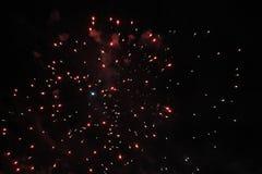 Despe?a a mostra Fundo da noite Fogos-de-artif?cio firework Feriado do Natal e ano novo em estrelas vermelhas e azuis brilhantes  fotos de stock royalty free