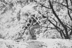 Despedida del niño en la arena en parque de la primavera o del verano foto de archivo libre de regalías