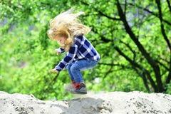 Despedida del niño en la arena en parque de la primavera o del verano imágenes de archivo libres de regalías