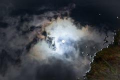 Despedida del sol en el agua Fotos de archivo libres de regalías