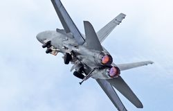 Despegue completo del dispositivo de poscombustión del avispón espectacular F-18 Imagenes de archivo