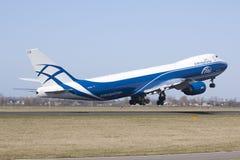 Despegue de AirBridgeCargo Boeing 747-8 Imagen de archivo