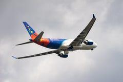Despegue de Airbus A330-200 Imágenes de archivo libres de regalías