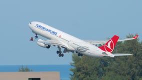 Despegue de Airbus 330 del aeroplano metrajes
