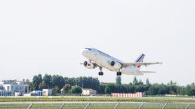 Despegue de Airbus A319 del aeroplano del pasajero imagen de archivo libre de regalías