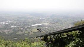 Despegue de Hang Glider en Monte Grappa almacen de metraje de vídeo