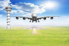Despegue de los aviones de pasajero de la vista delantera en la pista del aeropuerto Fotos de archivo libres de regalías