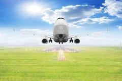 Despegue de los aviones de pasajero en la pista del aeropuerto Foto de archivo libre de regalías