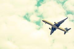 Despegue del aeroplano de pistas en el cielo nublado Sepia del color Fotografía de archivo
