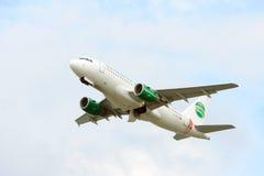 Despegue del aeroplano del pasajero de la pista activa Imágenes de archivo libres de regalías