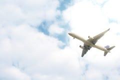 Despegue del aeroplano en el cielo nublado Imagenes de archivo