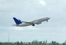 Despegue del avión de pasajeros de Boeing 737 Imágenes de archivo libres de regalías