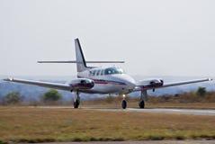 Despegue del cruzado de Cessna 303 foto de archivo