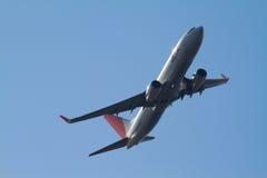 DESPEGUE DEL JAL BOEING 737-800 EN EL INTERNATIONAL DE TOKIO fotos de archivo