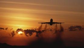 Despegue del jet en la puesta del sol Foto de archivo libre de regalías