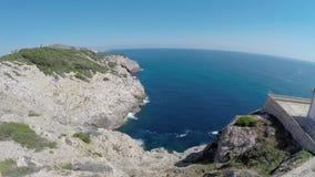 Despegue del vuelo en los acantilados de Cala Rajada - vuelo aéreo, Mallorca almacen de video