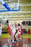 Despegue en tiempo mínimo bajo cesta en juego de baloncesto fotos de archivo