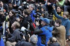 Despegue en tiempo mínimo de los periodistas para conseguir el tiro Imagen de archivo libre de regalías