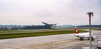 Despegue plano pacífico de Cathey en el aeropuerto de Zurich fotografía de archivo libre de regalías