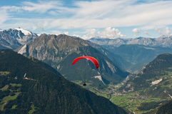 Despegue sobre Verbier en las montan@as suizas imagen de archivo