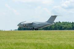 Despegue un avión militar Antonov An-178 del transporte Imagenes de archivo