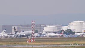 Despegue unido de Boeing 777 almacen de metraje de vídeo