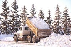 Despejando uma carga da neve foto de stock