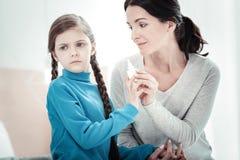 Despejar de assento da menina séria infeliz da mãe imagens de stock royalty free