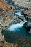 Despeje el agua en el río rugoso de la montaña Imagen de archivo libre de regalías