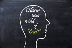 Despeje su mente de frase del ` t de la poder dentro de la forma de la cabeza humana dibujada en la pizarra Imágenes de archivo libres de regalías