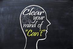 Despeje su mente de frase del ` t de la poder dentro de la forma de la cabeza humana dibujada en la pizarra Imagen de archivo