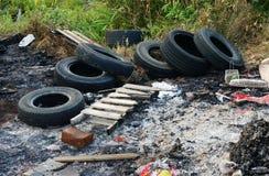 Despejo ilegal do pneu usado imagem de stock