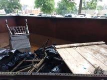 Despejo ilegal, lixo em um contentor recolhido durante uma limpeza do rio Fotos de Stock Royalty Free