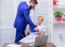 despekt Molestowanie seksualne w miejsce pracy Dziewczyny niecenzuralny zachowanie obrazy stock