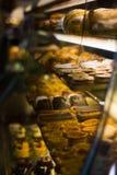 Despensa do bolo em um café Foto de Stock