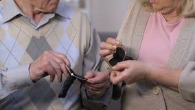Desperaccy seniory patrzeje w pustym portflu, brak pieniędzy oszczędzania, banków depozyty zbiory wideo