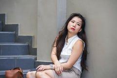 Desperacka Azjatycka Chińska biznesowa kobieta płacze samotnego obsiadanie na ulicznym schody cierpienia stresie i depresja kryzy zdjęcie royalty free