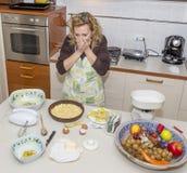 Desperacka gospodyni domowa no może wierzyć bałagan zrobił przygotowywać posiłek obraz stock